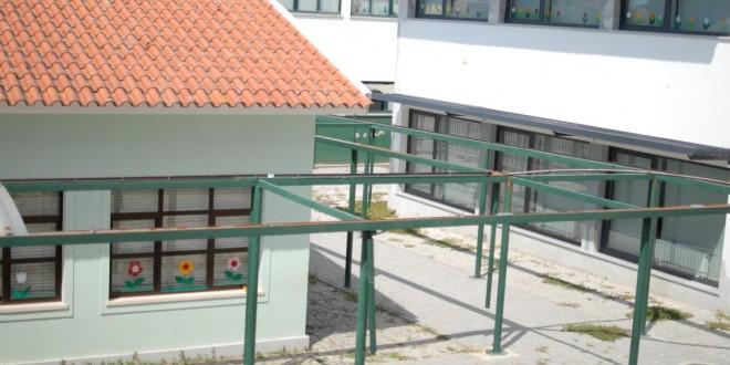 Coberturas em falta nos passadiço da Escola Básica do 1º Ciclo de Oliveira do Hospital devem ser colocadas em breve depois de mais de um ano à espera