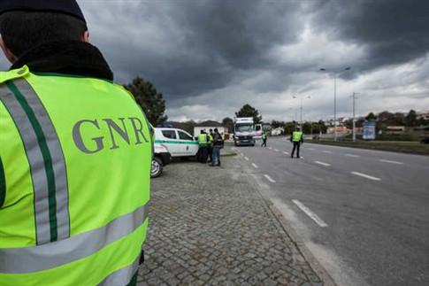 Mais de 4.800 militares da GNR fiscalizam uso do cinto de segurança e cadeirinhas até domingo e deteve 160 pessoas durante o fim de-semana